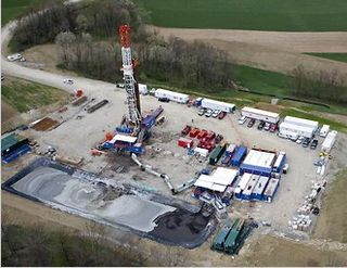 Nat gas drilling rig - Bloomberg News