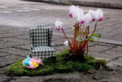 Knitting-chair-cyclamen