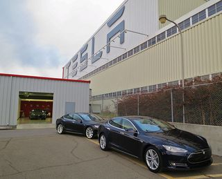 800px-New_Teslas_at_the_factory